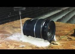 Enlace a ¿Cómo se ve un objetivo fotográfico cortado a la mitad por agua a presión?
