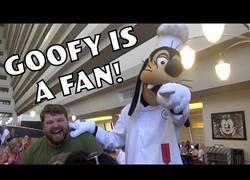 Enlace a Imitador de personajes Disney hace reír al pobre Goofy histéricamente