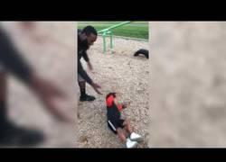 Enlace a Este niño no querrá volver al parque después de esto