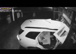 Enlace a Familia estampando un coche para robar una tienda