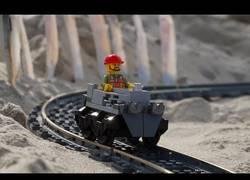 Enlace a Así se ve una montaña rusa de LEGO en primera persona