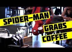 Enlace a Spiderman sorprendiendo a los clientes de esta conocida cafetería
