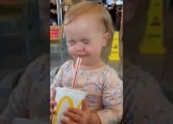 Enlace a La genial reacción de esta niña al probar por primera vez un refresco