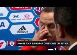 Enlace a Las emocionantes lágrimas de Marcelo Díaz tras perder en la Copa Confederaciones