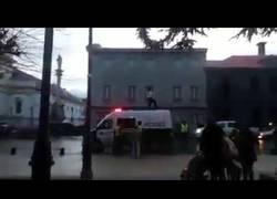 Enlace a Se pone a bailar a lo Michael Jackson encima de una patrulla de policías
