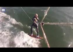 Enlace a El gran choque de este hombre con una ballena jorobada mientras practicaba 'kitesurf'