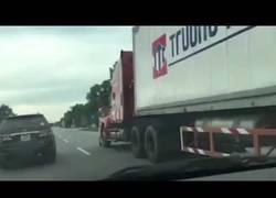 Enlace a MUY LOCO: Un camión estampa contra un muro a un policía que se agarraba para salvar su vida