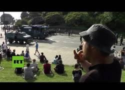 Enlace a Le silban la Marcha Imperial a la policía de Hamburgo tras los disturbios contra la gente
