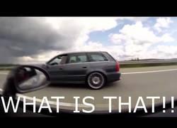 Enlace a El Porsche que se vio superado por otro coche en plena carretera