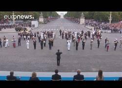 Enlace a La banda militar de Francia sorprende en pleno desfile del 14 de Julio interpretando a Daft Punk