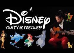 Enlace a El gran popurrí de canciones clásicas de Disney con guitarra