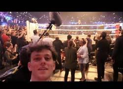 Enlace a Brutal: Este chico se coló en la conferencia de prensa entre Mayweather y McGregor falsificando las
