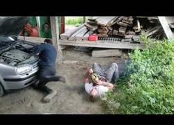 Enlace a La broma pesada en pleno trabajo que terminó con la víctima en el suelo desmayada