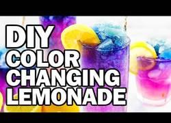 Enlace a Crean una bebida que cambia de color constantemente