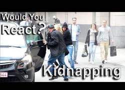 Enlace a Simulan un secuestro en plena calle y así reacciona la gente