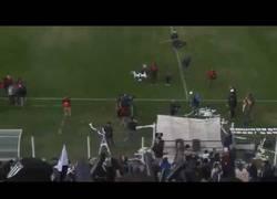 Enlace a Derriban un drone en pleno partido de fútbol con papel higiénico