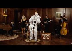 Enlace a Un clásico de Blink 182 cantado por un payaso, el gran Puddles Pity Party