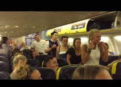Enlace a Expulsan a un grupo de guiris de un avión Ryanair en España por liarla parda y la gente las abuchea