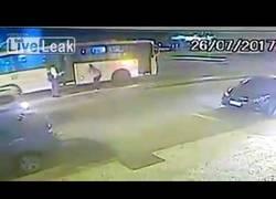 Enlace a Empuja a su novia en medio de la calle para que la atropellen y la arrolla un autobús