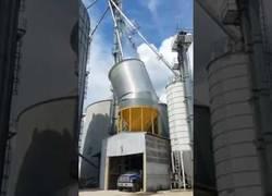 Enlace a Reventón importante el de este depósito de grano en una granja que explota con fuego y todo