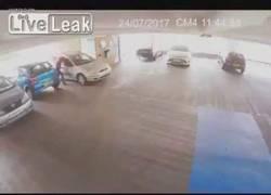 Enlace a Entra a un parking a robar y el propietario de un coche se le lanza encima y le mete una paliza