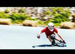 Enlace a Más difícil todavía: bajando con Red Bull en longboard por una carretera en pendiente y sin manos