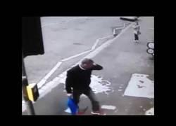 Enlace a Se lleva una leche importante por mirón al andar por la calle repasándole el culo a una mujer