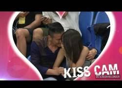 Enlace a La 'Kiss Cam' pilla a esta pareja en el momento más caliente en pleno partido