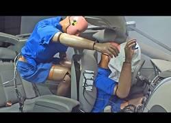 Enlace a Observa cómo es un choque frontal en el interior de un coche [Inglés]