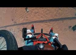 Enlace a Se lanza desde una avioneta con una bicicleta y hace freestyle en plena caída