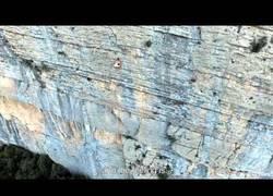 Enlace a Escalando una gran montaña sin ropa, sin protección, sin ayudas