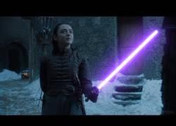 Enlace a El gran duelo de Arya Stark contra Brienne con sables láser