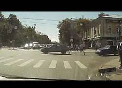 Enlace a ¡No te vayas sin mí! Un coche 'huye' de dos hombres en Rusia