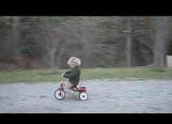 Enlace a Propulsa el triciclo de su hijo con un soplador de aire porque ES EL MEJOR PADRE DEL MUNDO
