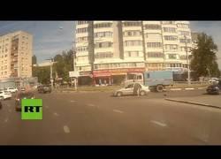 Enlace a Bebé se cae de un coche en marcha en Rusia, como no