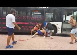 Enlace a Batalla campal en Ibiza entre dos canis y el conductor de un autobús que acaba fatal