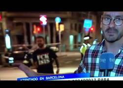 Enlace a Este tío es uno de los héroes de ayer en Barcelona apareciendo con esta camiseta por las Ramblas