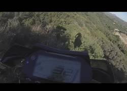 Enlace a Se mete la hostia padre al caer de un precipicio yendo en moto y sobrevive