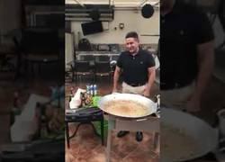 Enlace a CALAMIDAD: el amigo Freddy nos enseña como despellejar una paella al más puro estilo ¿español?