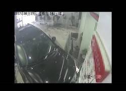 Enlace a Este conductor se confundió de pedal justo en la entrada de un banco y la lió parda