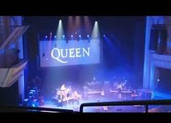 Enlace a Este cantante no tiene nada que envidiarle a Freddie Mercury