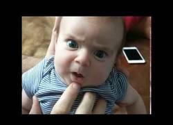 Enlace a Este padre imagina lo que está pensando su bebé y es realmente divertido