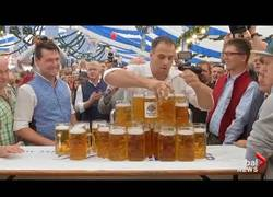 Enlace a Este hombre alemán bate el récord llevando 29 jarras de cerveza a la vez