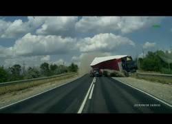 Enlace a El brutal accidente ocurrido en Rusia entre dos camiones y dos coches