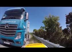 Enlace a Este motorista ha vuelto a nacer tras esquivar de milagro al camión que justo se incorporaba a la ca