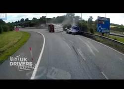 Enlace a Esta furgoneta encuentra el karma tras intentar superar varias veces a un camión