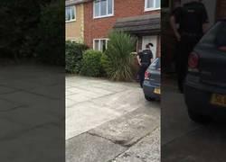 Enlace a La policía entra a la fuerza para detener a un hombre que huye lanzándose por la ventana
