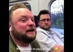 Enlace a Cuando suena tu canción favorita en público
