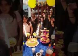 Enlace a Esta niña termina convertida en Super Saiyan tras soplar las velas de su tarta