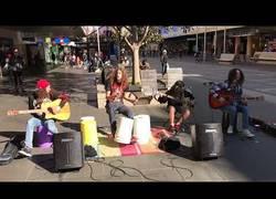 Enlace a El gran show musical en plena calle de estos chicos interpretando a Metallica